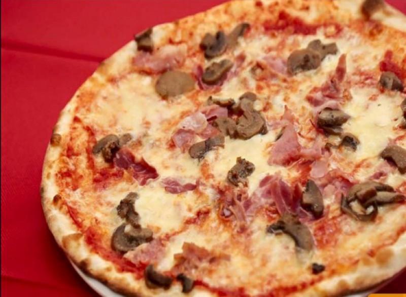 Foto 1 di MENÙ PIZZA per 2 persone  Dolce e bevanda inclusi - LA PICCOLA VALICO